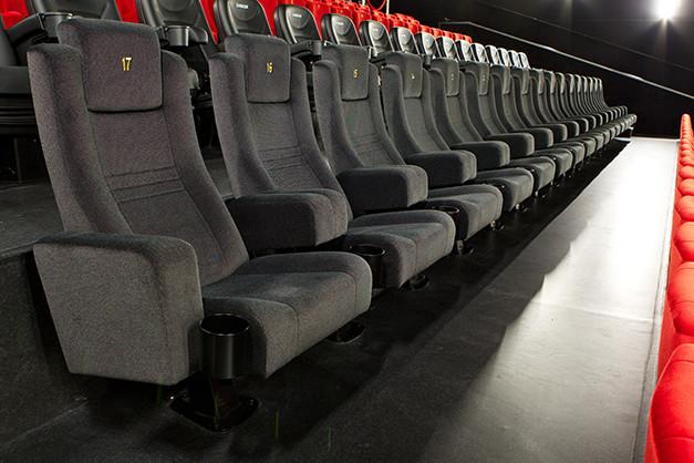 b96d0eb25 V CINEMAX nám záleží na pohodlí a MAXIMÁLNOM FILMOVOM ZÁŽITKU a preto sme  sa rozhodli sedadlá umiestnené v najlepšom zornom uhle ešte vylepšiť.